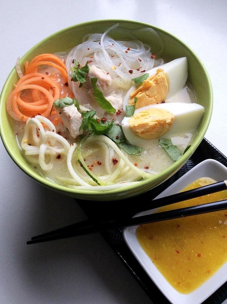 Thai citromfüves csirkeleves, nyers spirál zöldségekkel